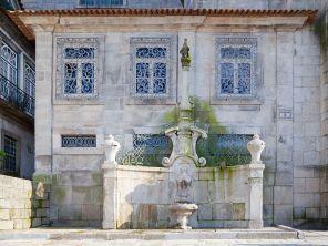 1280px-Chafariz_de_San_Miguel,_Oporto,_Portugal,_2012-05-09,_DD_01